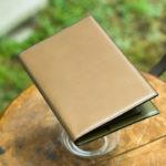 手縫いで作った栃木レザーとデッドストック国産カーフのスリムなバイブルサイズシステム手帳