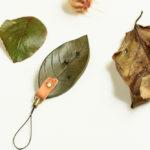 虫食い葉っぱモチーフの携帯ストラップ