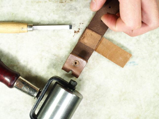 サスペンダーの修理をしました。切れた部分に革を巻いて修復