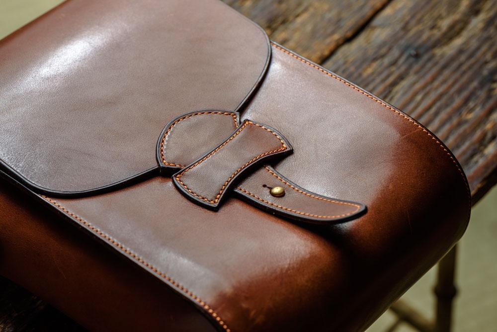 雰囲気良く経年変化したヌメ革バッグ