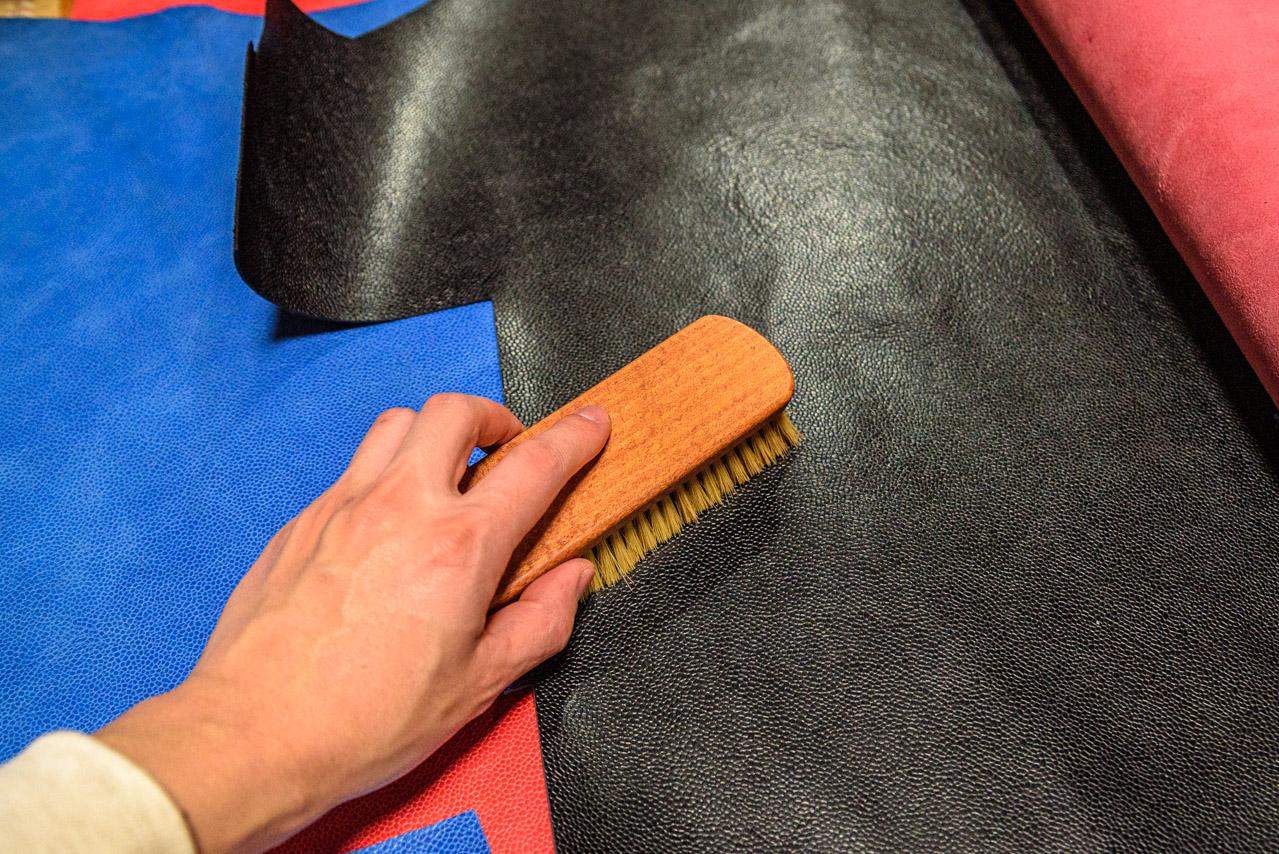 革は保管時も時々広げてブラッシング