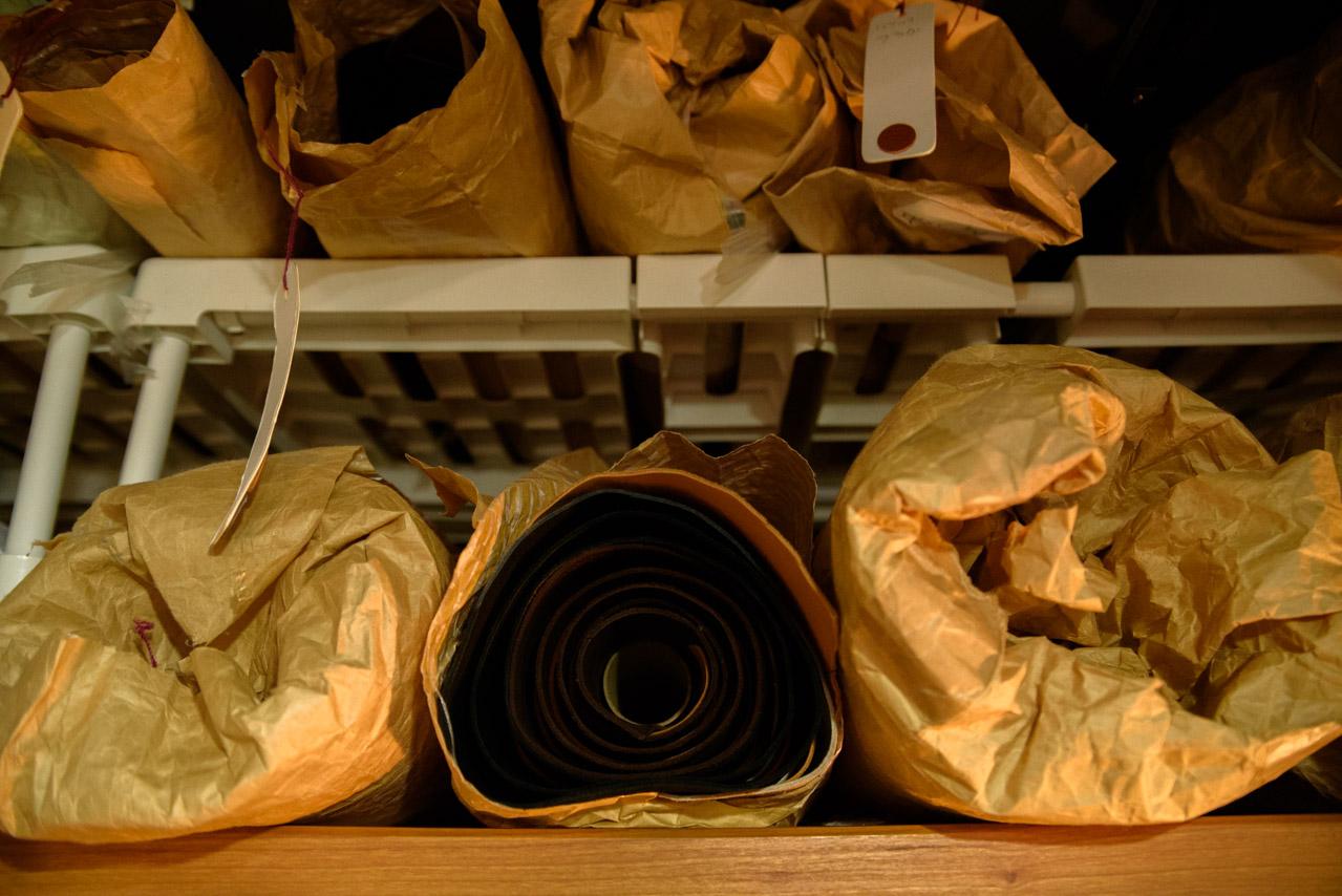 革は筒状に巻いて寝かせて保管する