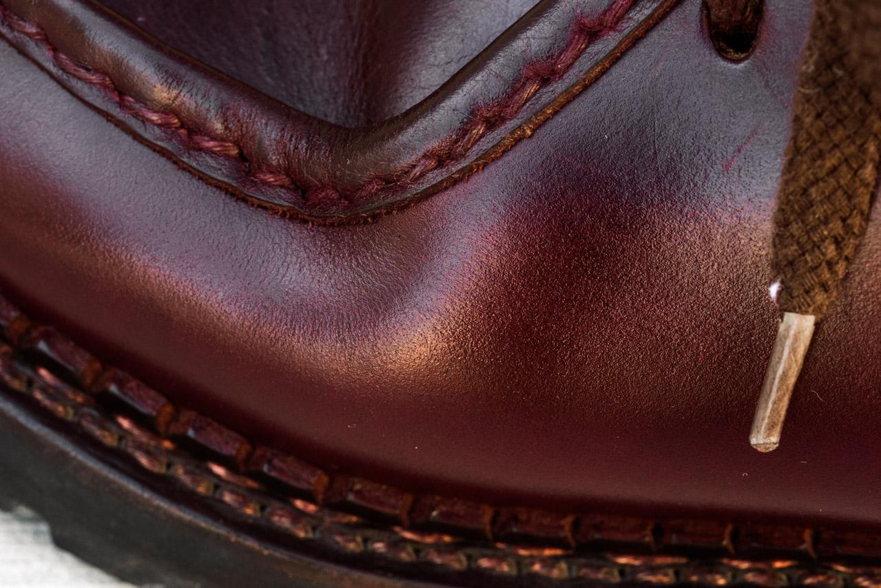 ブートブラックの乳化性クリームを塗った部分の拡大