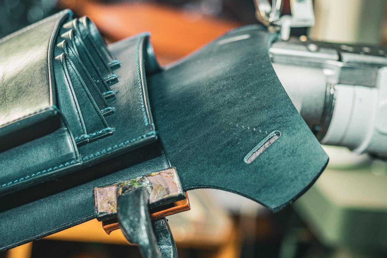 ミシンで縫いながらやっとこで接着