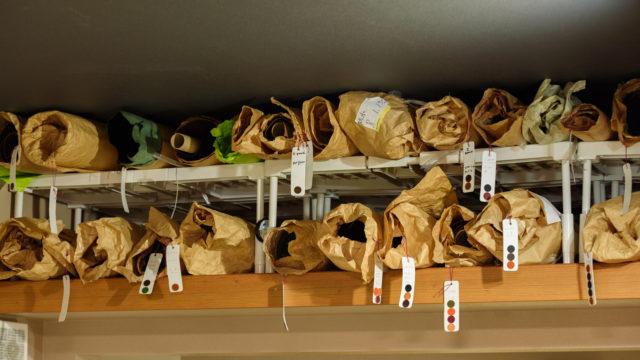 大きな革の収納方法|棚/紙管