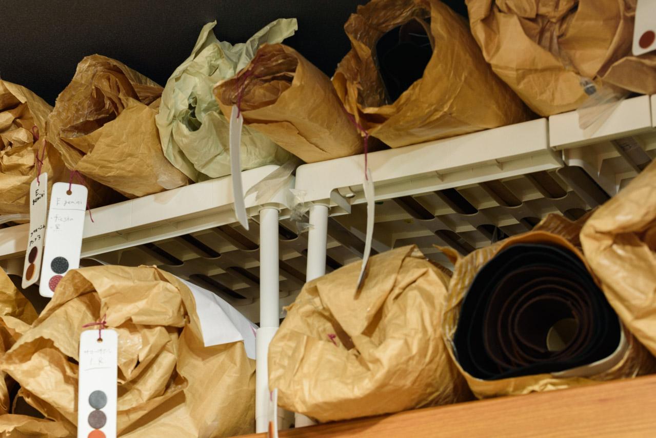 ニトリ 幅の調整が出来る押入れ整理棚を革の収納に
