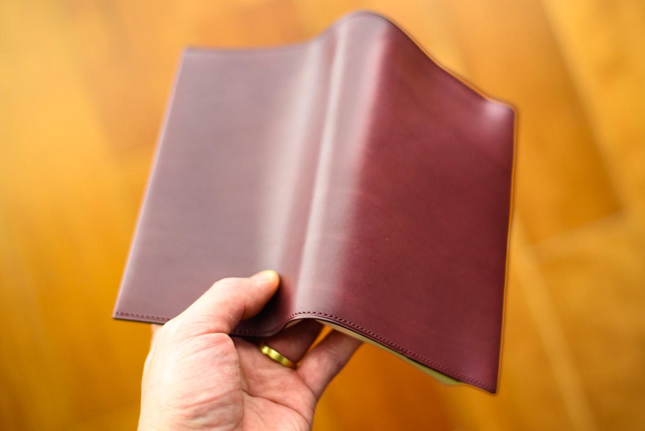 手ざわりの良い革のブックカバー