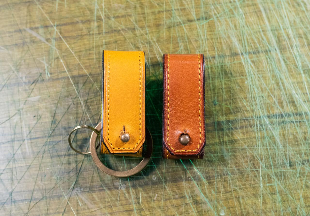 新品のイエローの革(左)と使用後オレンジに近く変化した同商品(右)