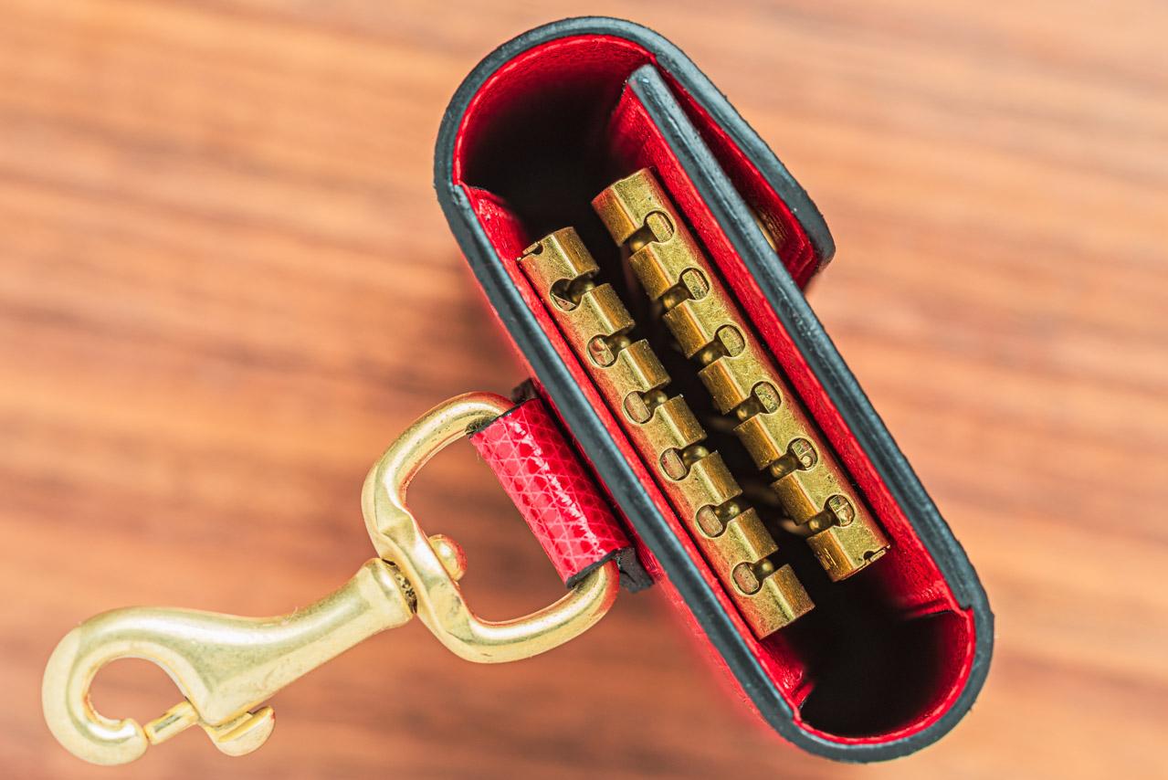 ボディ×2とフラップの3か所にボンテックスを使用したリザードのキーケース