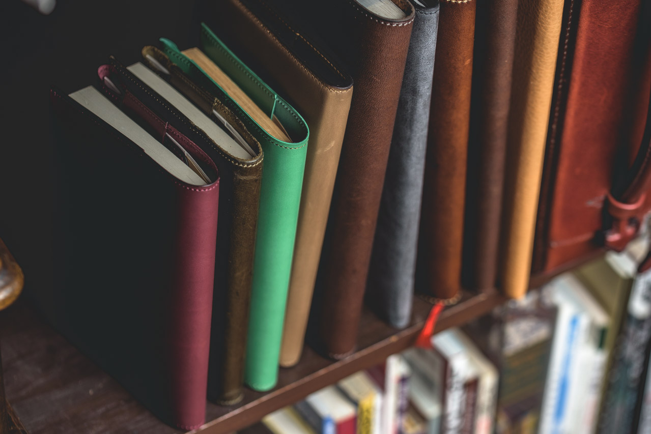 deteの革のブックカバー