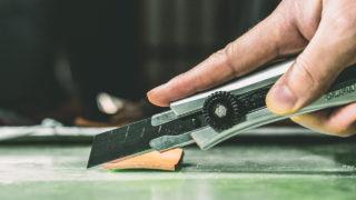 カッターを使った間違った革の切り方